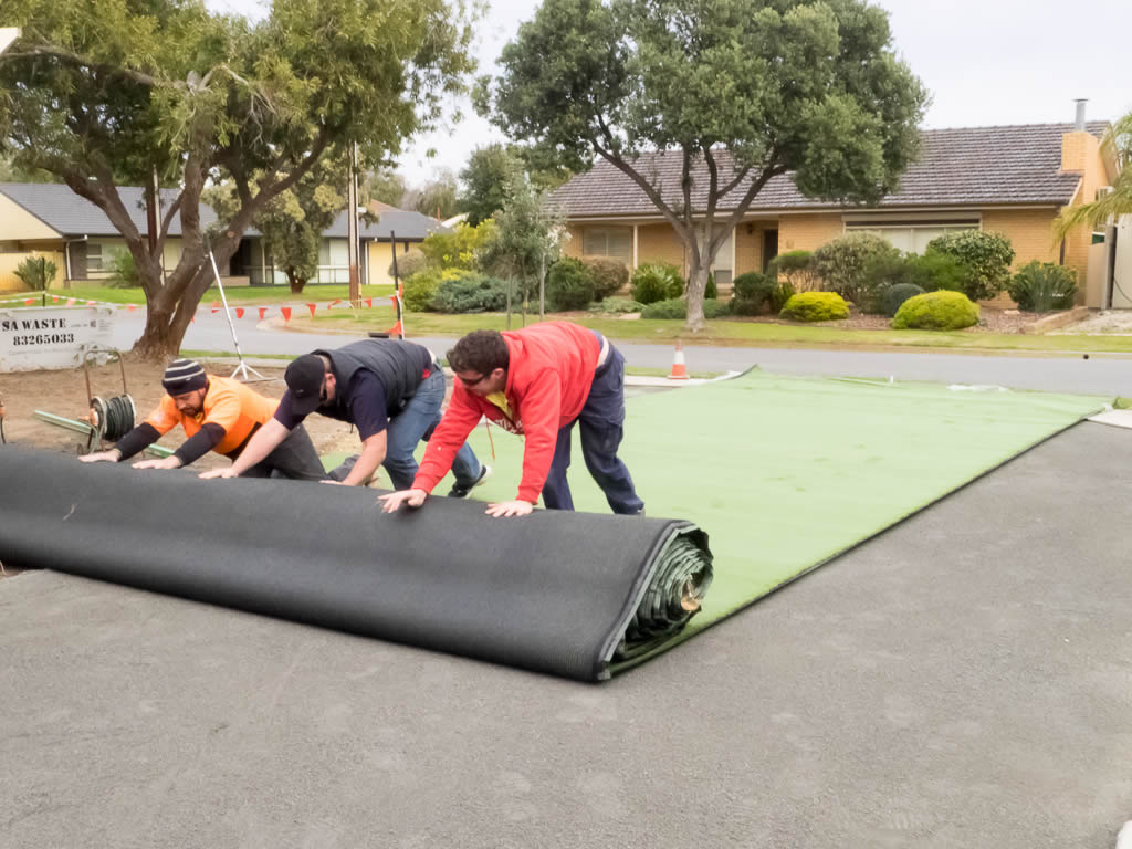 Roll out the artificial grass with fibres facing a single direction